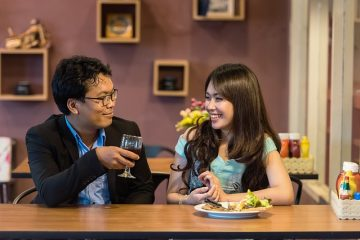 couple au restaurant pour une harmonie parfaite thérapie de couples